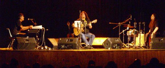 Luis Salinas sobre las tablas del Seminari, junto a sus músicos, en un recital impecable.