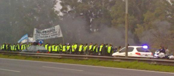 Un cordón policial controla a los trabajadores. El corte en la autovía fue parcial.