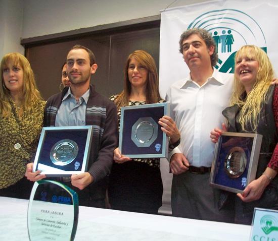 Los ganadores del concurso junto al presidente de la Cámara, Hernán González.