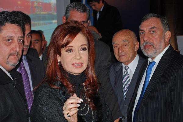 Tras el acto, Cristina Fernández se acercó a la gente que la aclamaba para saludar y sacarse fotos.
