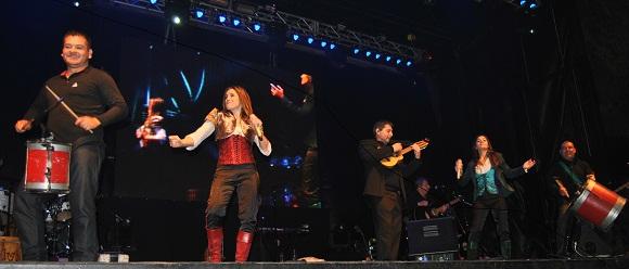 Soledad, Natalia y los músicos sobre el escenario de Garín. Fueron 90 minutos de pura energía.