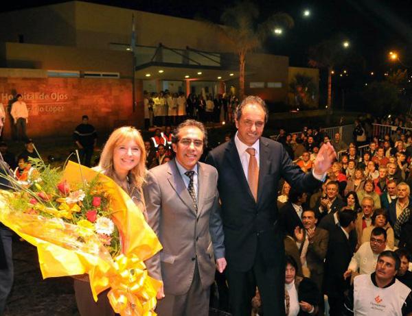 Alvarez Rodríguez, Guzmán y Scioli, al término del acto y con el hospital de fondo.