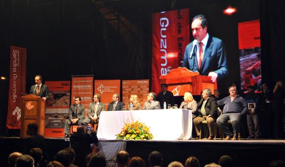 Scioli da su discurso. En el escenario, Guzmán, Alvarez Rodríguez, funcionarios provinciales y los intendentes de Campana, San Miguel y Mercedes.