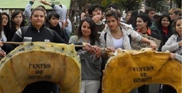El centro cultural macacha g emes despidi el a o en la for Viveros en escobar