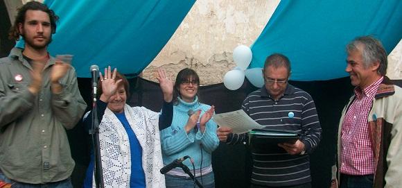 Miembros del Colectivo Cultural, vecinos de Maschwitz y el escribano que dio fe de la toma de posesión.