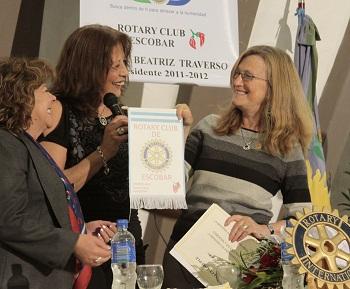 Lustig recibe un presente de manos de la presidenta del Rotary de Escobar, Susana Traverso.