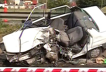 Los bomberos debieron cortar el vehículo para rescatar a la mujer, que falleció en el lugar.