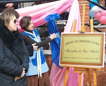 La placa con el nombre del Jardín, que será colocada en el nuevo lugar de su edificio.