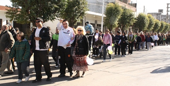 Unas 200 personas de diversas edades caminaron desde la plaza San Martín hasta el polideportivo municipal.