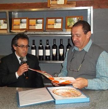 El intendente Sandro Guzmán le entregó un subsidio al presidente del club, Guillermo Fabbi.