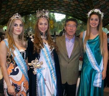 El presidente de la Fiesta, Tetsuya Hirose, junto a la 47º Reina de la Flor, Janet Ocampo, y sus princesas.