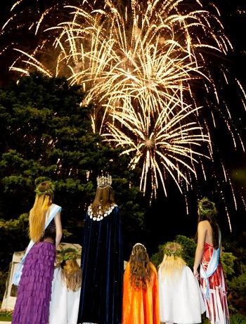 Reinas y princesas contemplan el espectacular show.