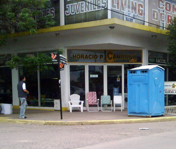 El módulo sanitario, en la esquina de Tapia y Pellegrini.