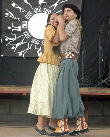 Renzo Olivera y Jésica Condorí Torres  clasificaron como mejor pareja de baile tradicional.