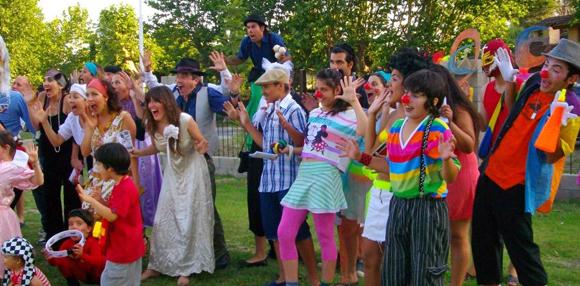 Con alegría y originalidad, el Colectivo Cultural salió a promocionar su tercera Tertulia Rebelde.