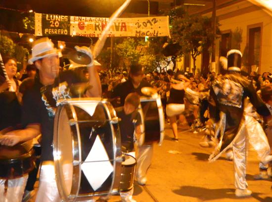 Los Desacatados cerraron el espectáculo sobre la avenida.