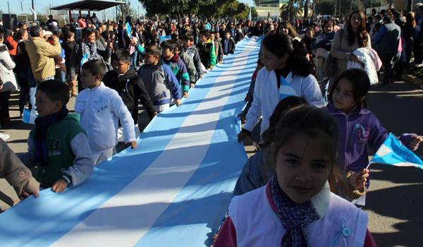 Alumnos de establecimientos educativos de todos los niveles participaron del desfile por el boulevard Perón.