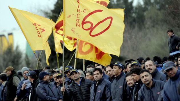 Banderas al viento. Los choferes en plena huelga. Las partes dialogaron y la solución parece haber llegado.