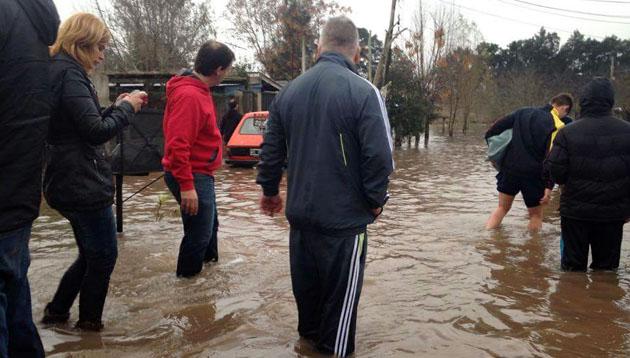 Solidaridad. El presidente del Centro Cultural Macacha Güemes Ariel Sujarchuk recorriendo uno de los barrios inundados.