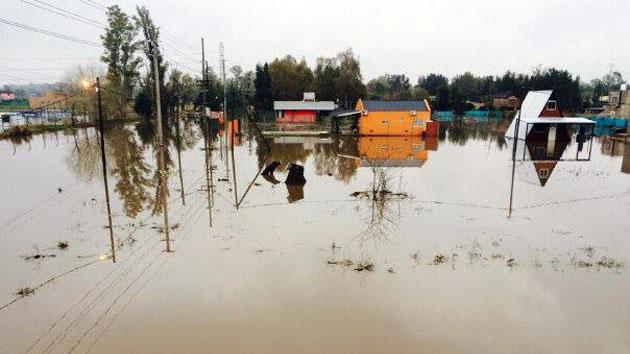 Inundado. El barrio La Pista de Maschwitz uno de los lugares más afectados por la lluvia incesante.