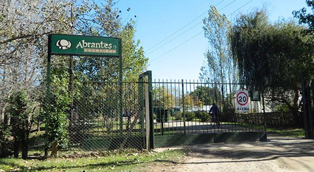 Planta en conflicto. La fachada de Abrantes, la productora de hongos de Loma Verde donde los empleados están en huelga.