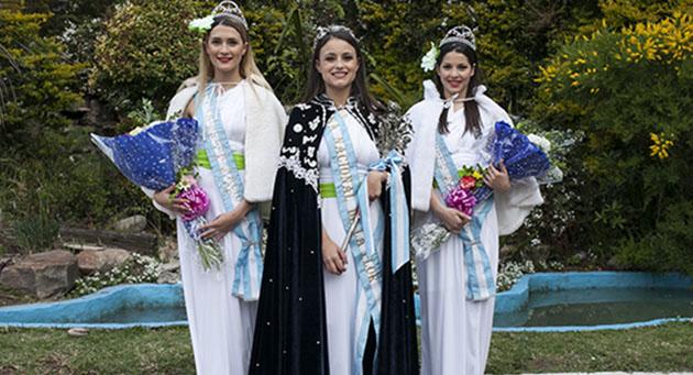Terna local. La Reina de la Flor, Florencia Tomé, secundada por la primera princesa Catalina Velocci (izquierda) y la segunda princesa Lucía Cortés (derecha). Las tres son del Partido de Escobar.
