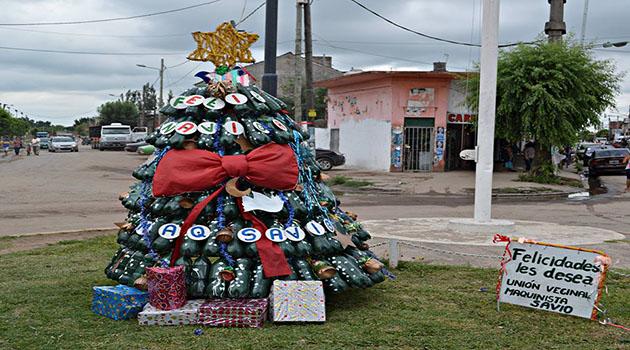 Pino reciclado. Alrededor de 170 botellas reutilizadas forman parte del árbol navideño.