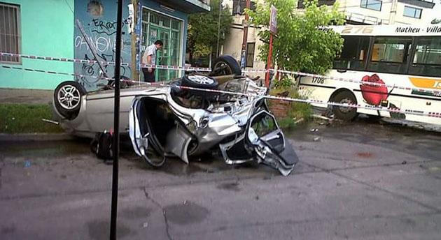 Destruido. Así quedó el Chevrolet Aveo tras impactar el frente del colectivo de la 276.