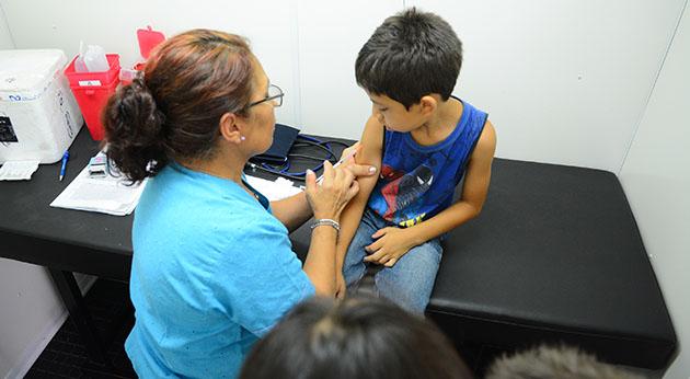 """Atención gratuita. El programa """"Salud en las escuelas"""" prevé hacerle chequeos a más de 60 mil chicos."""