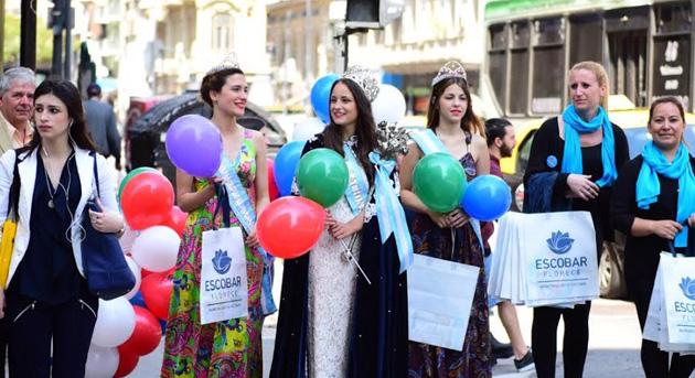 Por las calles. La 52º reina de la flor, Florencia Tomé, promocionó la celebración escobarense en la Capital Federal junto a las dos princesas.